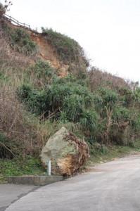 崖が崩落し誘導路には大石が落ちている=9日、保良川ビーチ