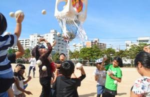 「玉入れ合戦」では、孫世代の「ちびっ子チーム」が圧勝し、歓声が湧いた=10日、那覇市の曙小学校運動場