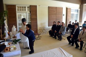 子孫とされる洲鎌ツルさんほか関係者多数が稲石の功績を顕彰した=30日、市伝統工芸品センター