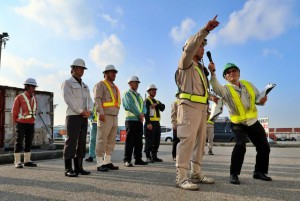 指差呼称で安全安心な作業を誓い合った参加者たち=12日、平良港第二埠頭