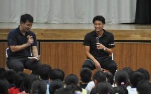 上里選手(右)と進行役を務めるFC琉球の野原輝人さん