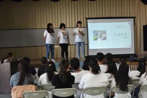 体験レポートを発表する学生たち=14日、狩俣集落センター