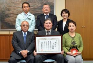 農事功績者表彰を下地市長(前列左)に報告した上地良淳さん(同中央)と妻の佳代子さん(同右)=6日、市役所平良庁舎