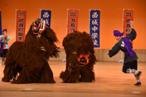 郷土芸能の「比嘉の獅子舞」を披露した西城中の生徒=7日、浦添市のアイム・ユニバースてだこホール