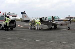 エボラ出血熱の疑似症患者の発生を想定して搬送訓練を行う関係者=2日、宮古空港