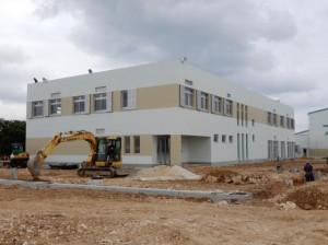 20年4月の供用開始に向けて建設が進められいてリサイクルセンタープラザ棟=27日、平良西仲宗根