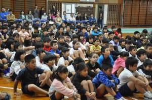 上里選手が講演会で夢を持つことの大切さを講話した=5日、南小体育館