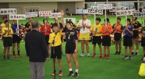 選手宣誓する奥山選手(左)と金城選手=26日、JTAドーム宮古島