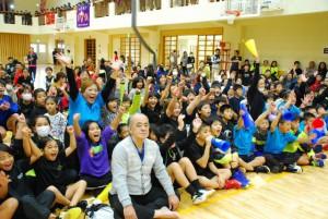 優勝が決まった瞬間、喜びを爆発させる結の橋の応援団=28日、伊良部島小・中体育館
