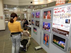 会場の雰囲気などが伝わる写真が展示され、利用者の目を楽しませた=5日、宮古空港ターミナル