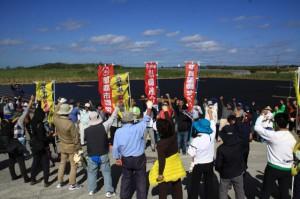 円陣を組み「ガンバロー三唱」で反対行動の継続と連帯の輪を確認した建設反対市民集会=14日、保良鉱山ゲート前