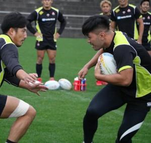 日本代表合宿で汗を流す石垣(右)(写真提供・日本ラグビーフットボール協会)