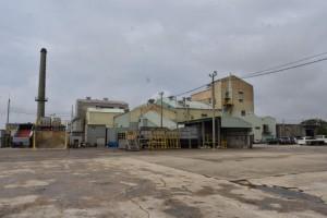19日午前8時以降、サトウキビは本格搬入される=18日、宮古製糖伊良部工場