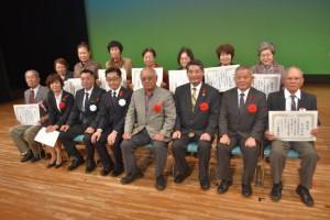 下地敏彦市長(前列右から4人目)、伊良皆光夫村長(同3人目)らと記念撮影する関係者=3人、マティダ市民劇場