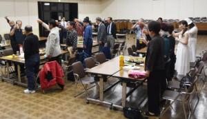 郷友会の飛躍を祈念して乾杯する郷友ら=15日、浦添市社会福祉センター