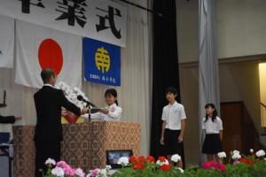 砂川校長(左)が一人一人に卒業証書を授与した=18日、南小体育館