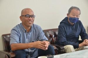 将来のリゾート開発を紹介する入江氏(左)、加藤氏=15日、宮古毎日新聞社