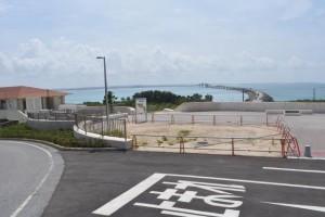 手前の囲んだ場所に第2トイレが整備される。左側の施設が海の駅、前方が伊良部大橋=3日、伊良部大橋橋詰め広場