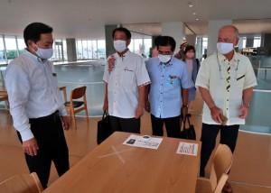文教社会委員会のメンバーが階ごとの温度差について調査した=25日、市立図書館の3階
