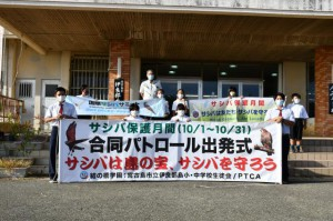 児童生徒たちが参加して、行われた保護合同パトロール出発式=7日、市役所伊良部庁舎