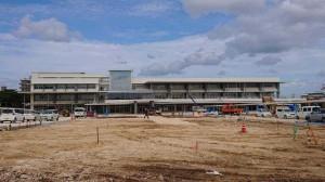 10月末の完成目指し建設工事が進められている=24日、平良西里の総合庁舎建設工事現場