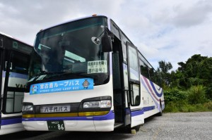 「宮古島ループバス」のステッカーが張られたバス=24日、八千代バス・タクシー