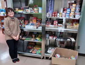 知名度が上がったフードバンク「んまんま」に寄付される食品の量と種類が増えてきていることを喜ぶ松下智美さん=市社会福祉協議会