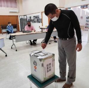 多良間村長選で期日前投票を行う有権者=16日、村コミュニティー施設