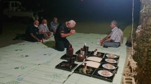 祭場でシュリ魚を供え神に祈りをささげ、長老たちが神歌を歌った=13日、多良間村塩川
