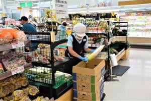 入荷した野菜を陳列する店員=27日、市内のスーパー